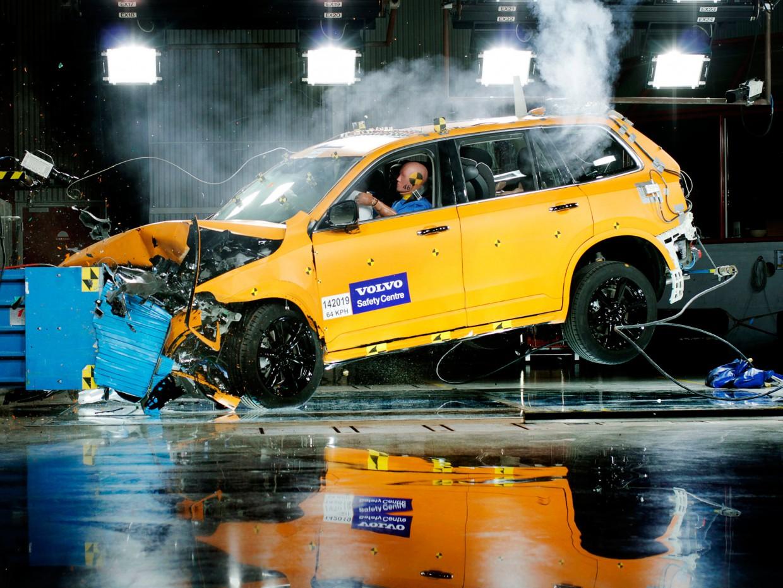 AutoWeb_Crash-Test-Volvo-XC90-Front-Offset-Crash-Test-Volvo-Safety-Centre